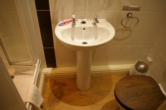 """Molesworth Arms Hotel: lavabo senza miscelatore e rubinetti """"a tempo"""" a pressione"""