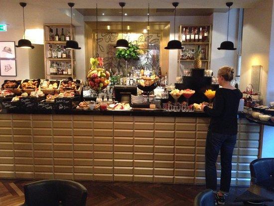 Hotel Indigo London Kensington: Breakfast and bar area