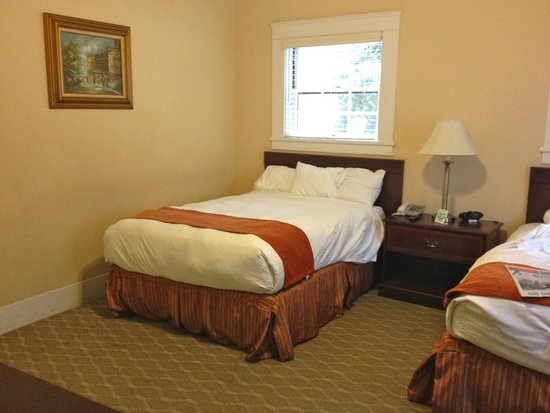 The Historic Santa Maria Inn : Two Double Beds