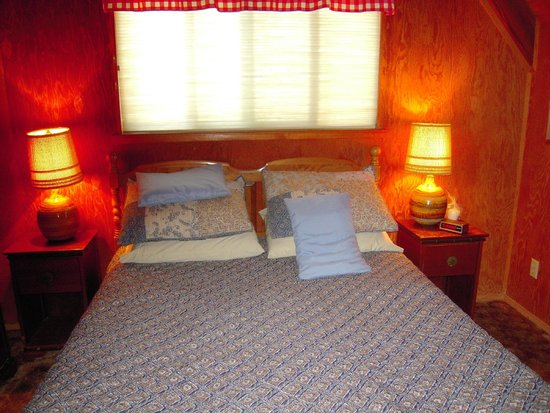 Owl's Nest Lodging : Main bedroom on lower level (a second private bedroom is in loft)
