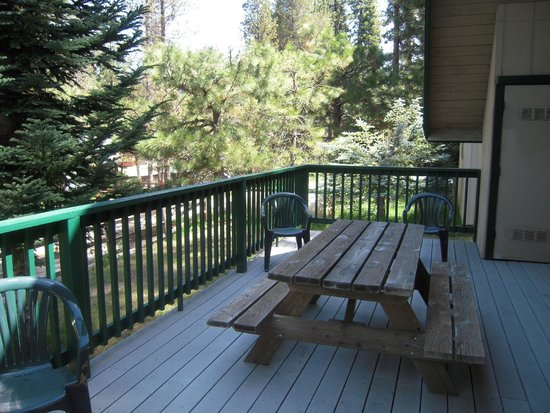 Owl's Nest Lodging : Deck on rear of Ponderosa Cabin with charcoal grill and picnic table
