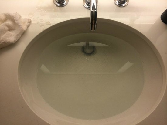 Wyndham Grand Chicago Riverfront: Smelly water that filled up sink thru drain
