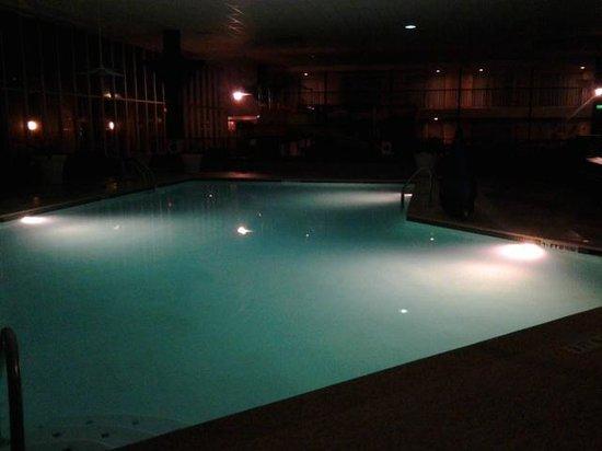 Emerald Beach Hotel: Pool at night
