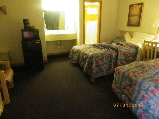 Days Inn & Suites Kill Devil Hills-Mariner: Vanity lavatory outside of bathroom