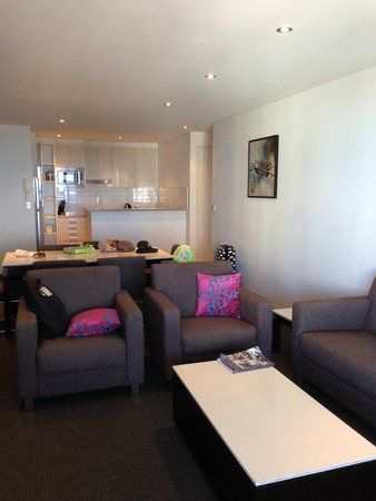 Meriton Serviced Apartments - Broadbeach: Living room and small kitchen behind