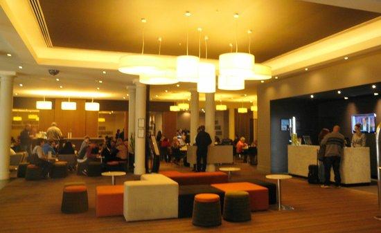 Novotel Sydney Central: The foyer across to the breakfast room