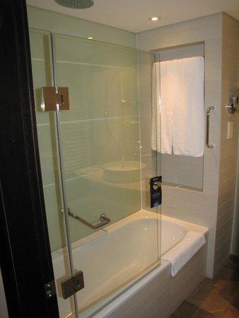 Radisson Blu Hotel Bucharest: shower/tub