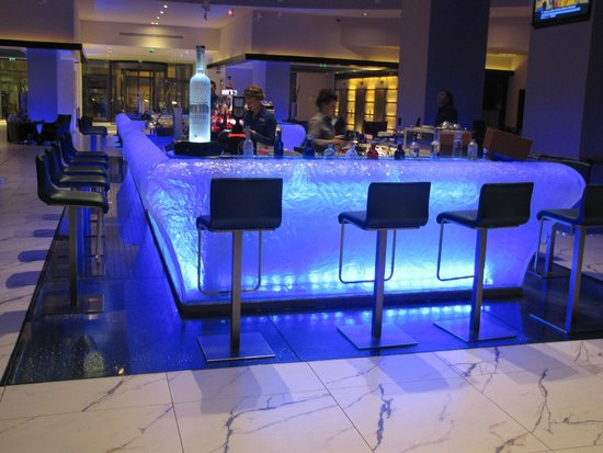 Radisson Blu Hotel Bucharest: Lobby bar at night