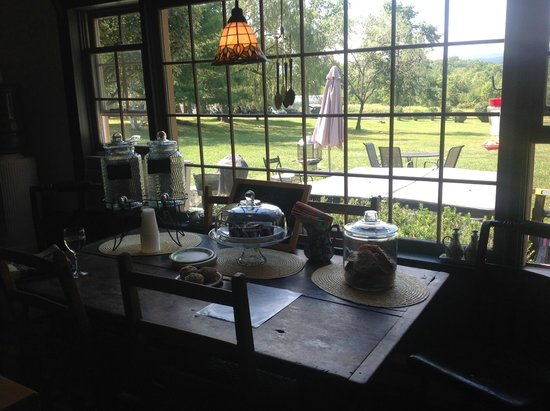 Audrey's Farmhouse Bed & Breakfast : Fresh, gourmet cakes, made daily for us to snack on throughout the day!