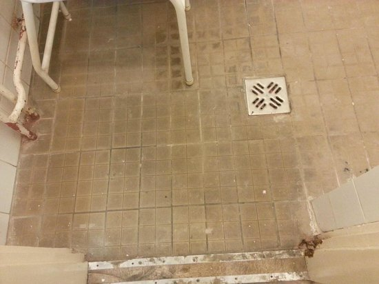 Central Square Apartments : dirty floors in shower area