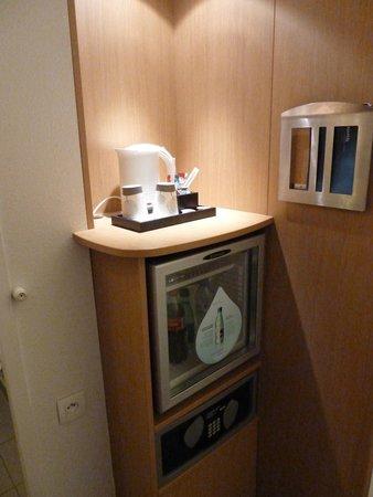Novotel Paris Centre Gare Montparnasse : calentador para cafe e infusiones, frigo y cajafuerte.
