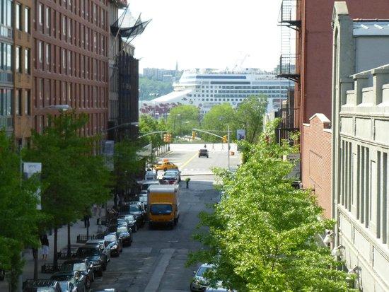 High Line : A cruise ship sailed by!