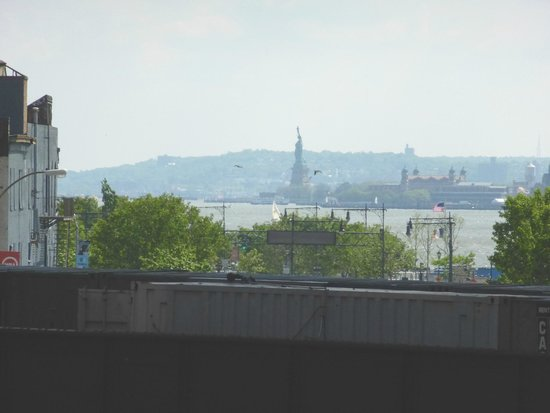 High Line : A distant view of Lady Liberty.