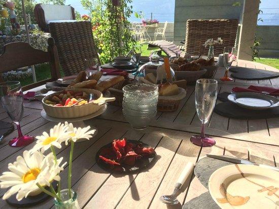 Grimisuat, Suisse : Petit déjeuner à l'extérieur
