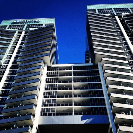 Meriton Suites Broadbeach: The hotel from below