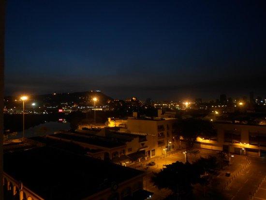 Hotel Stil Cartagena : vista noturna com castelo são Filipe e a praça embaixo