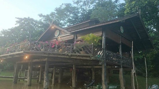 Sukau Rainforest Lodge: Photo of the lodge entrance / dining area from the river
