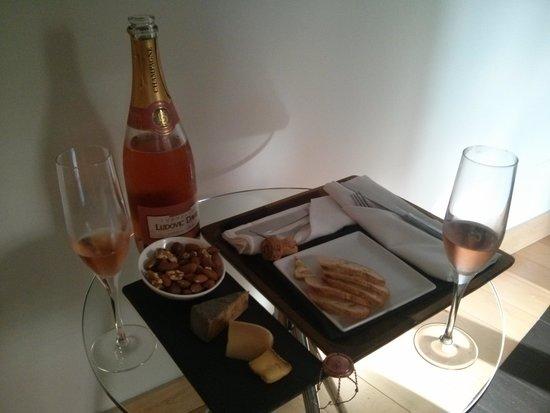 Hotel Le Priori : Champagne and Cheese tray. Très delish!