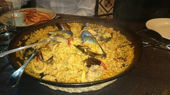 Paella's y mas: Paella mixed seafood \ chicken