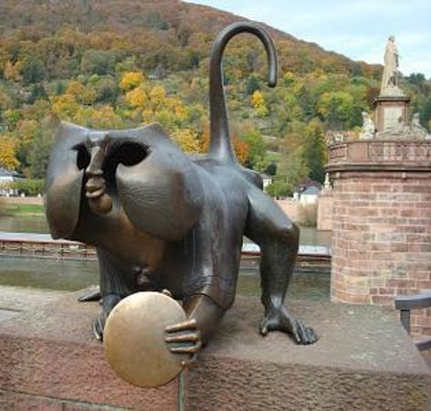 Altstadt (Old Town): Brass Monkey Statue