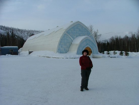Chena Hot Springs Resort: Outside the Ice Hotel/Museum