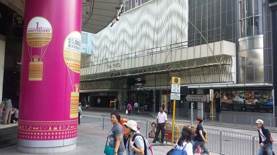 The Mira Hong Kong: Facade en travaux.