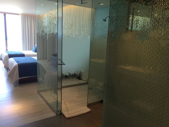 Secrets The Vine Cancun: Amazing shower! Loved the dual sinks