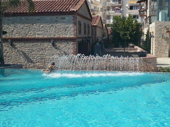 DoubleTree by Hilton Hotel Kusadasi : Havuz