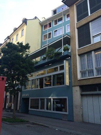 Hotel Marta: 호텔 앞에서
