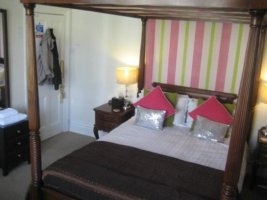 The Bath House : Queen Size 4 poster bed