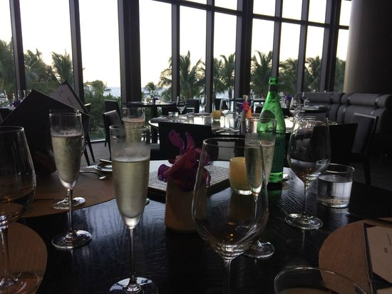 J&G Grill: Lovely champagne before sunset