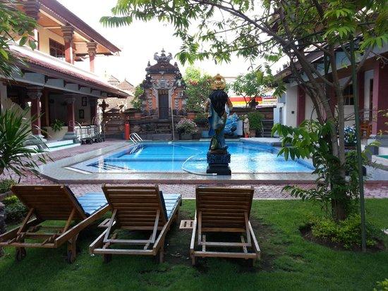 Masa Inn: Front pool
