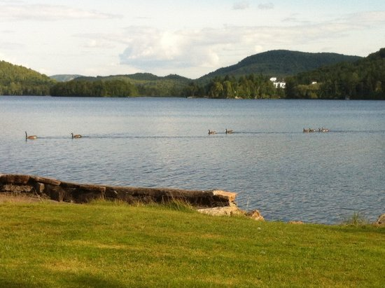 Le Grand Lodge Mont-Tremblant: Beautiful view from the lawn area