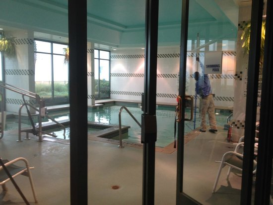 Holiday Inn Express Hotel & Suites Virginia Beach Oceanfront: Very small pool/jacuzzi.