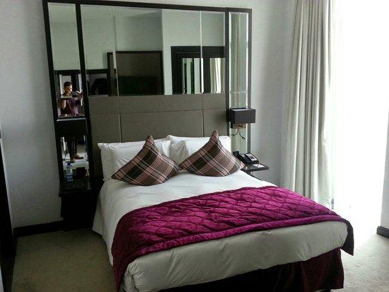 Crowne Plaza London - Battersea: Master bedroom Rose Suite