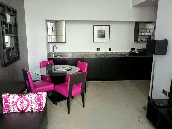 Crowne Plaza London - Battersea: Living area Rose Suite
