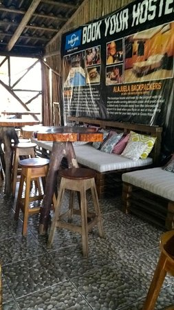 Arenal Backpackers Resort : Lots of nice reading spots in the lobby