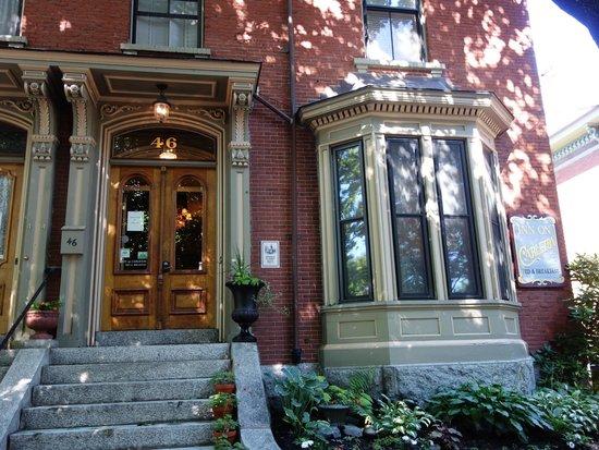 Inn On Carleton : Streetside view