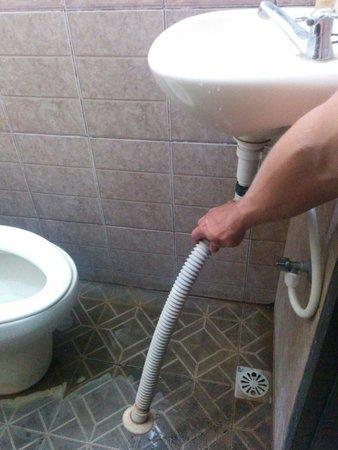 Nana Homestay : Écoulement de la salle de bain, après une douche c'est l'inondation. Pas sympa.