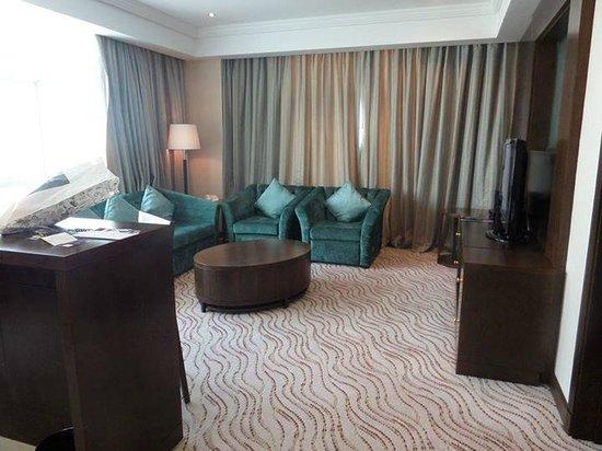 Park Regis Kris Kin Hotel: Living area