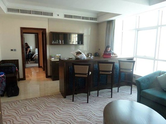 Park Regis Kris Kin Hotel: Kitchen area
