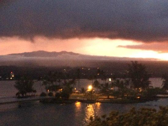 Castle Hilo Hawaiian Hotel : Sunset over Hilo Bay