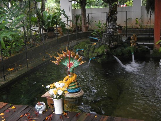 Golden Cupids Hotel: pond in the dining area