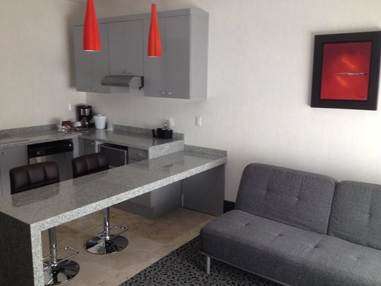 Holiday Inn Express & Suites Queretaro: Kitchen and sitting area in room