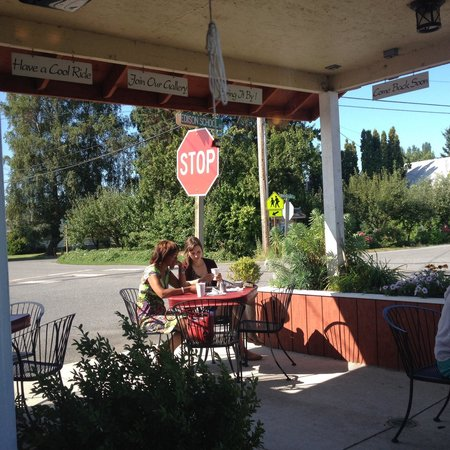 Edison Cafe : Outside seating is the best place to be on a sunny, summer morning :-)