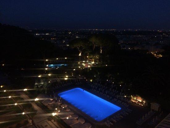 Rome Cavalieri, Waldorf Astoria Hotels & Resorts: Hotel pool at night