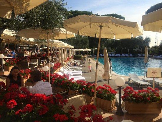 Rome Cavalieri, Waldorf Astoria Hotels & Resorts: Breakfast buffet around the pool