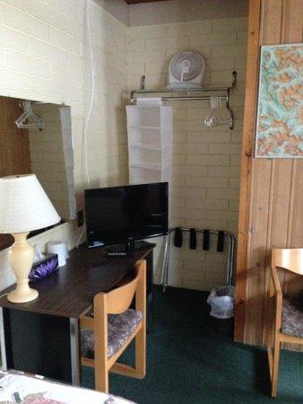 Bear Mountain Motel: Desk and closet