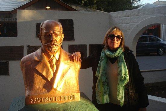 Av del libertador- Busto de Perito Moreno