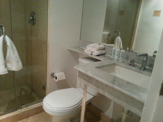 La Flora: Good bathroom, though small